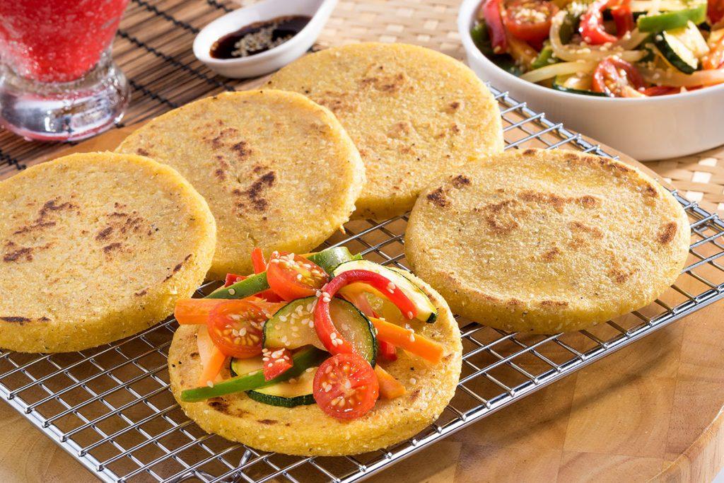 Arepas rellenas con vegetales y harina de maíz amarrillo