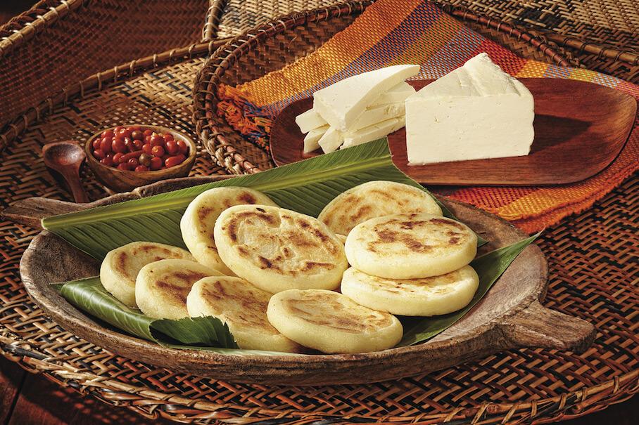 Arepa blanca hecha con harina de maíz precocida
