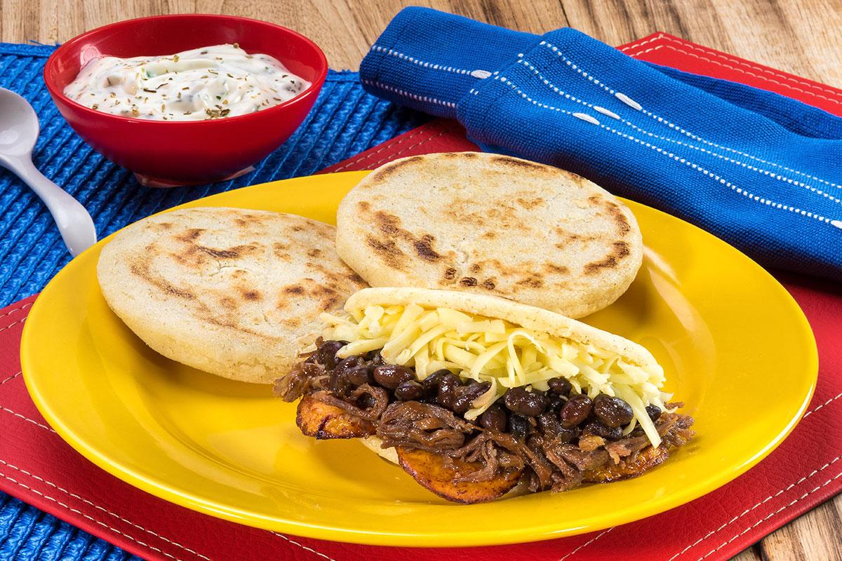 Receta de arepa pabellón hecha con productos Doñarepa