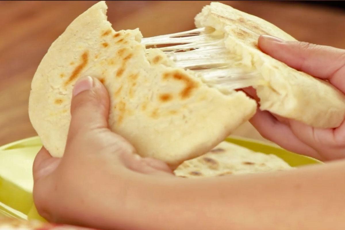 Arepa con queso y harina de maiz blanco