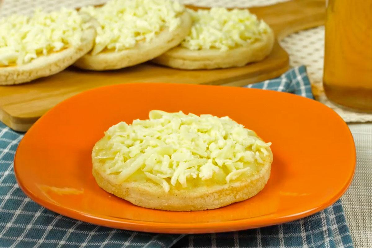 Arepa con queso rallado y harina precocidad